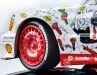 Bis in die lackierten LM-Felgen mit  Bridgestone-Bereifung hinein zeichnet Minichamps den Entwurf von Künstler Andora perfekt nach