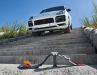 Zielsicher rollt der Porsche Cayenne Turbo S E-Hybrid auf den Offroad-Parcours im Maßstab 1:64 zu.