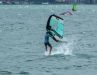 7. Dabei ist es normal, dass du mit dem Board kurz aufsetzt. Den Wing lenkst du jetzt wieder mehr in Fahrtrichtung, um neuen Vortrieb zu bekommen.