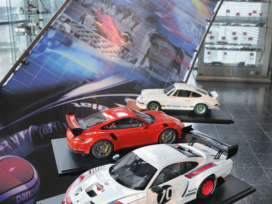 Der Porsche 935/2019 (vorne) kommt 2021, der Bürzel-Carrera RS und der Porsche 911 GT3 RS von 2016 sind als 1:8er ausgeliefert
