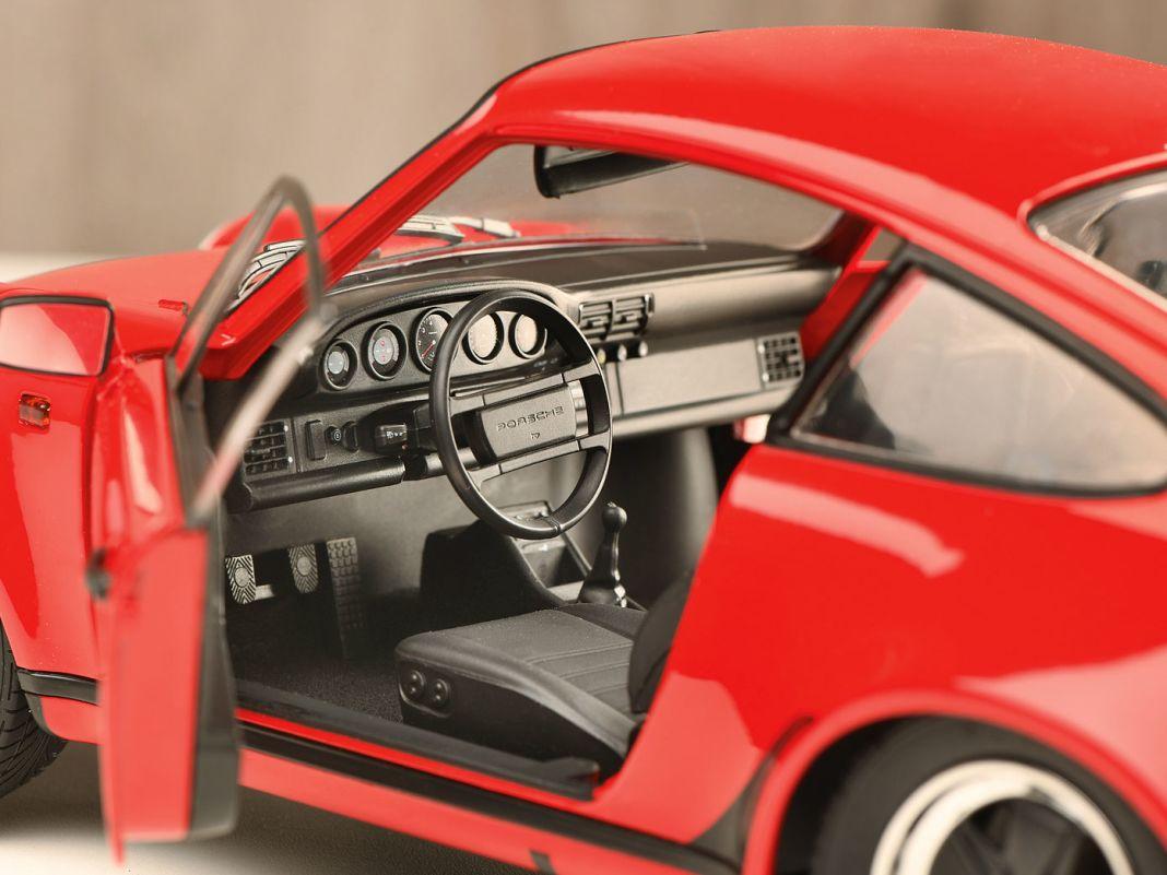 Dem klassischen Interieur mit fünf runden Instrumenten setzt das 1:12-Modell des Turbo ein kleines Denkmal