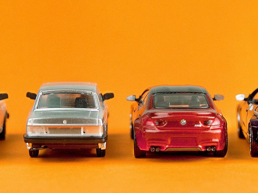 Beim BMW M6 sind die Fotomuster von Minichamps bereits durchdekoriert, die 240er von Volvo tragen noch den silbernen Prototypen-Look