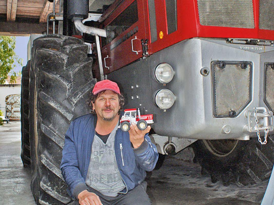 Zum Niederknien findet Michael Rimmel, der Besitzer des Unikats, das 1:32-Modell des Schlüter 5000