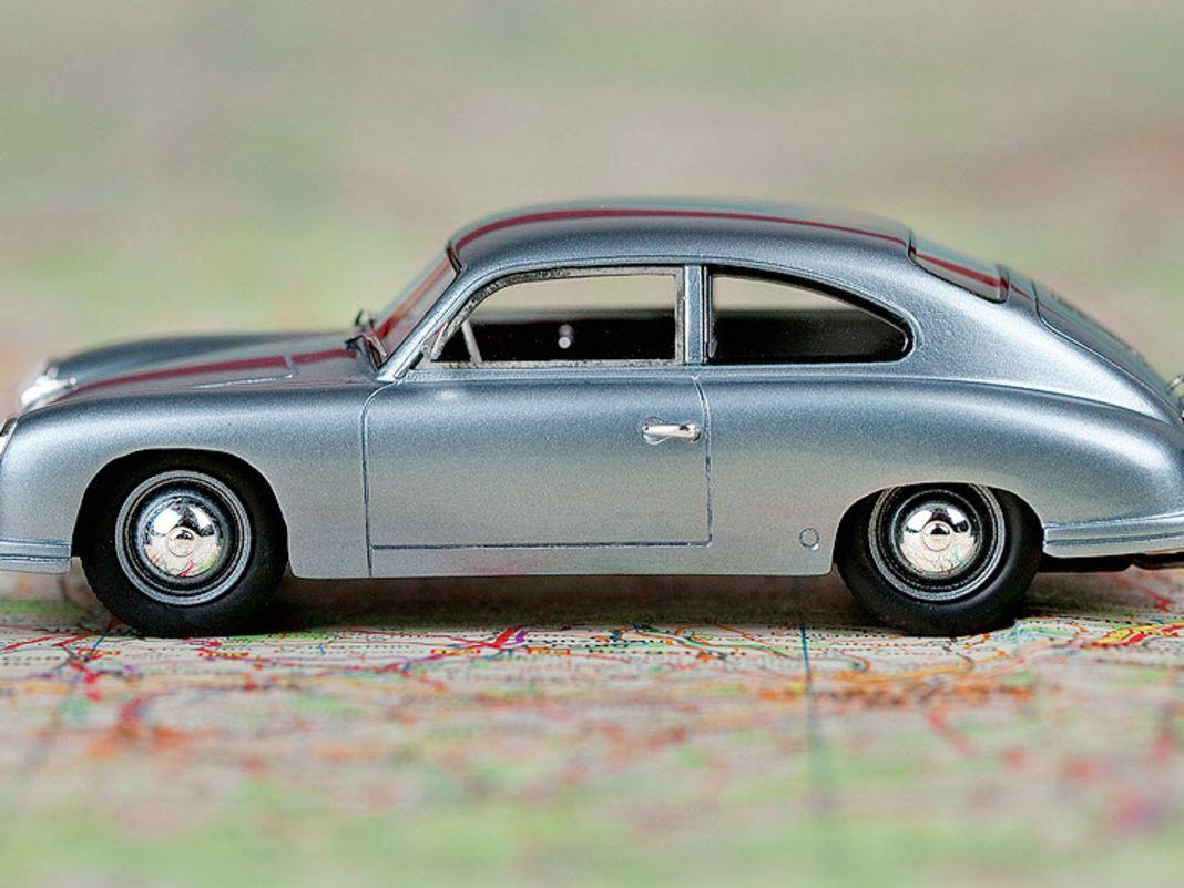 Die gestrecktere Karosserielinie des 1:43ers verrät es schon: Der 356 als Lindner-Porsche ist ein vollwertiger Viersitzer