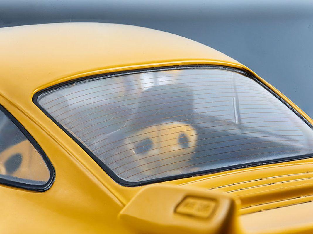 Der gelbe 911 (964) RS 3.8 von Solido aus Die-Cast tritt gegen den roten RS 3.6 Clubsport von GT Spirit im Maßstab 1:18 aus Resine an