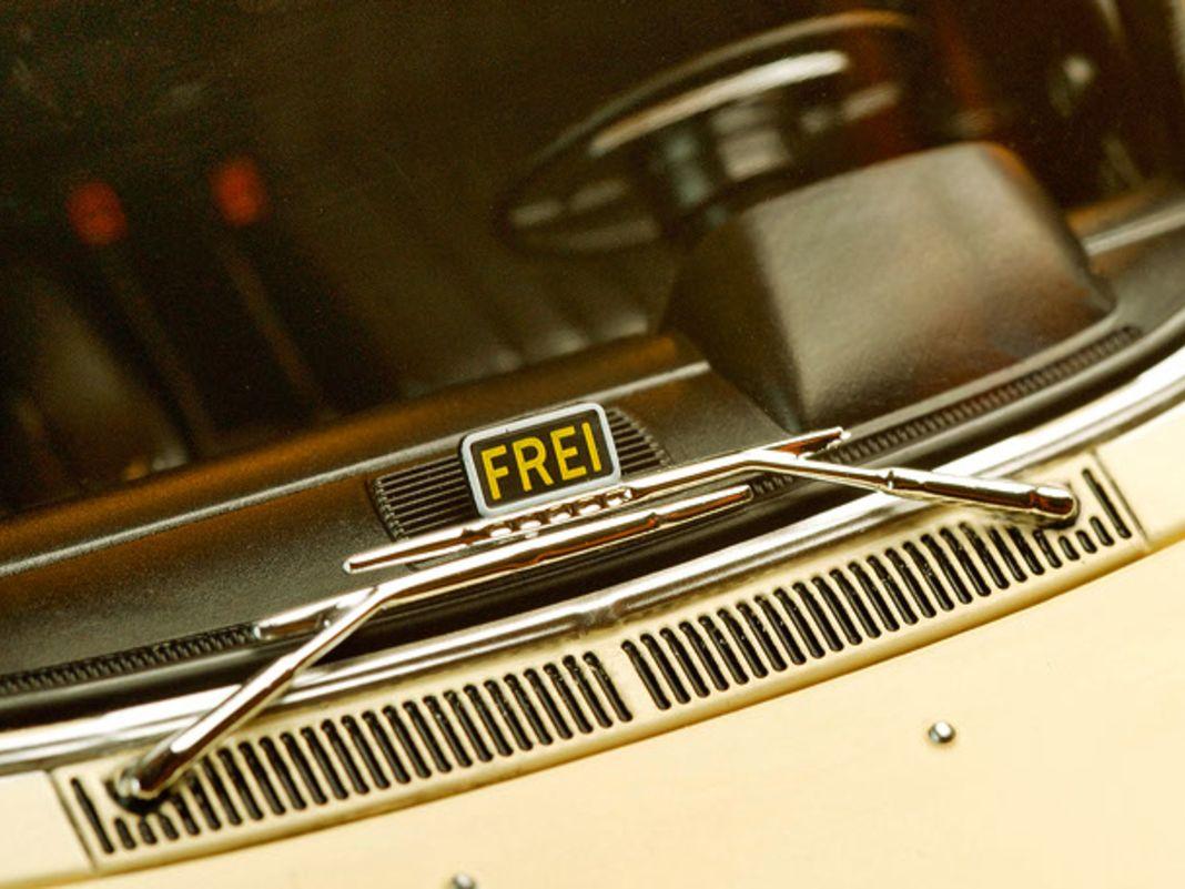 """Blick für Finessen: das """"Frei""""-Schildchen am Taxi in der Windschutzscheibe..."""