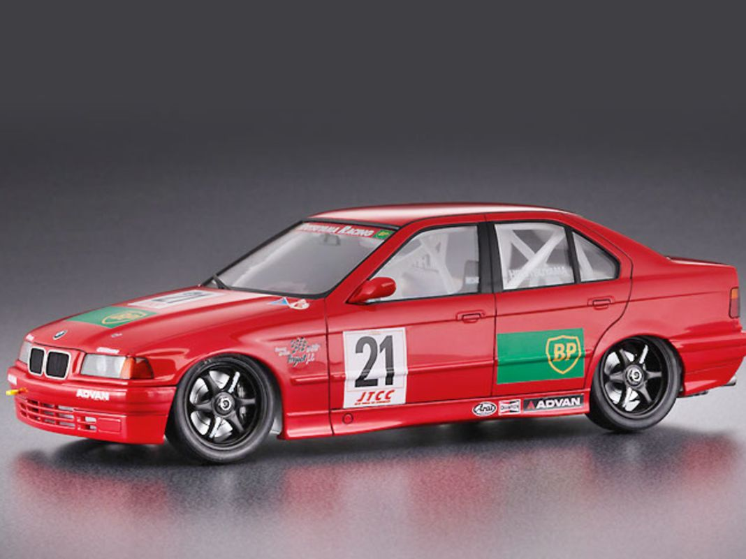 """Hasegawa baut in 1:24 den BMW 318i JTCC des """"Advan""""-Teams mit BP-Logo als Plastikkit detailliert nach"""