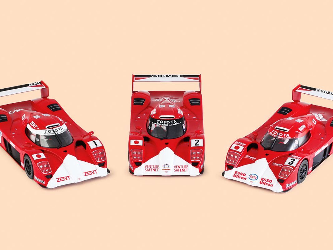 Revoslot bringt den Rennsport-Boliden Toyota GT1 im Maßstab 1:32 und mit Top-Chassis gleich in drei Varianten