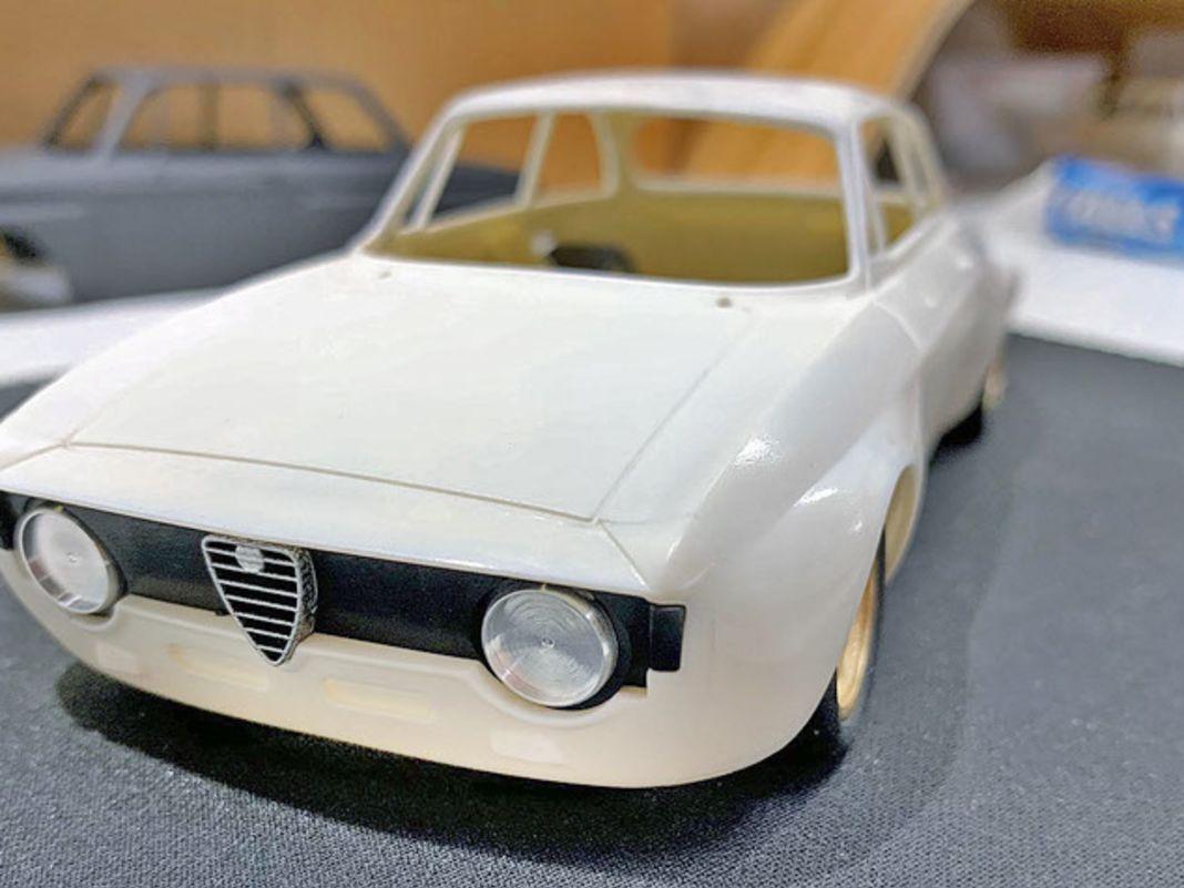 BRM feilt in seiner hauseigenen Musterwerkstatt am 1:24-Prototypen der Alfa Romeo Giulia GT mit breiten Backen