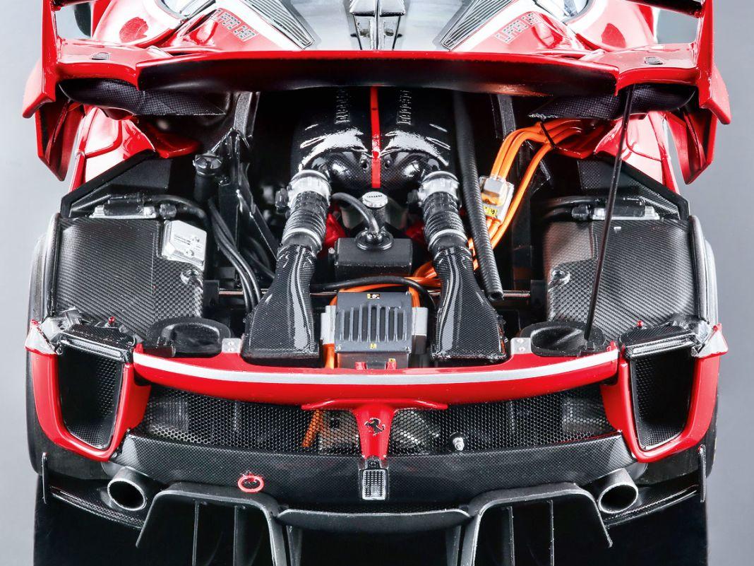 Auch beim Hybridantrieb des FXX K Evo, der beim Original 1050 PS Leistung hat, gibt sich BR bei seiner 1:18-Verkleinerung keine Blöße