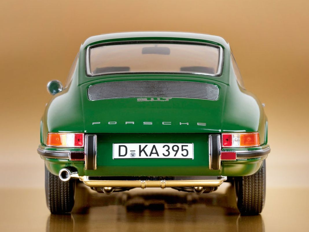 Die Schriftzüge auf der Motorhaube des flaschengrünen Coupés von Norev werden bis zum Serienstart noch etwas schrumpfen