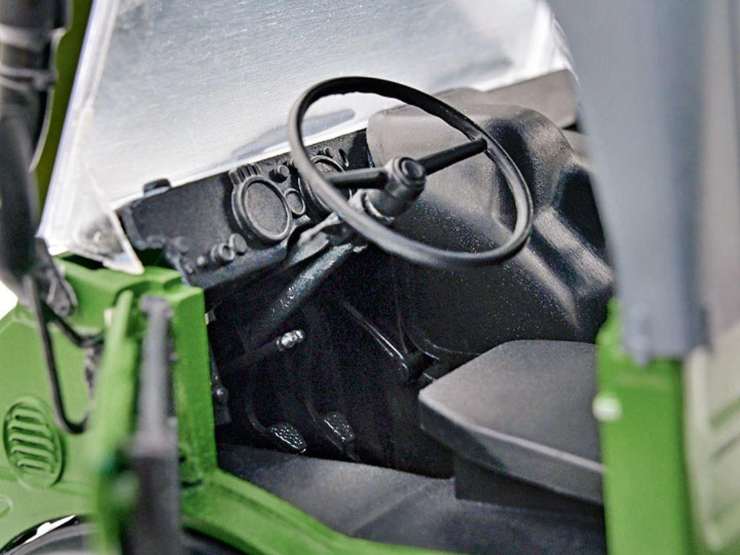 Das Interieur (noch komplett unbedruckt) und das Fahrwerk zeigen beim Unimog 406 von Schuco in 1:18 alle wichtigen Details des Nutzfahrzeugklassikers mit Stern