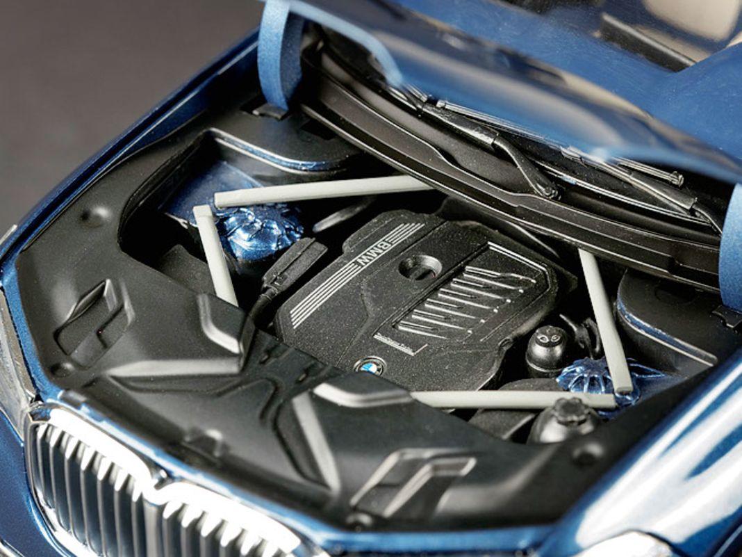 Eine detaillierte Motorattrappe, ein multimediales Cockpit und sehr filigrane Felgen hat der BMW X7  als 1:18-Modell der Japaner zu bieten
