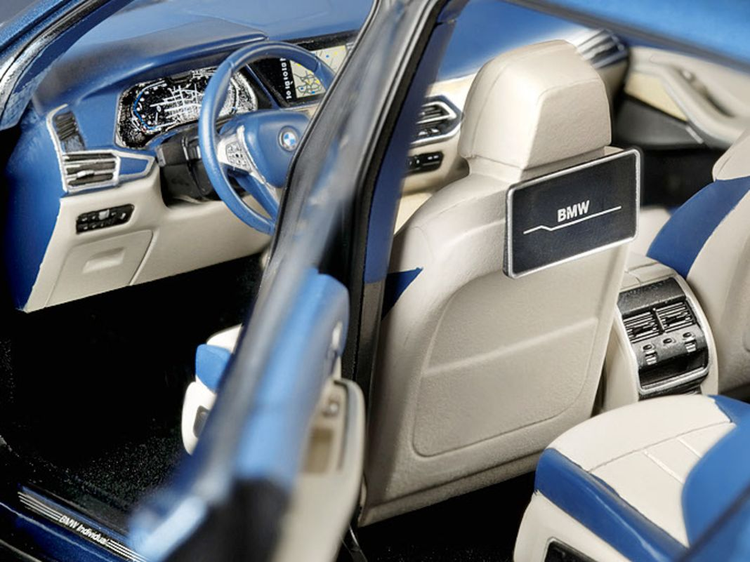 Das Interieur hat Kyosho bei seinem 1:18Modell des X7 im Werksauftrag für BMW aus München aufwendig und zweifarbig gestaltet