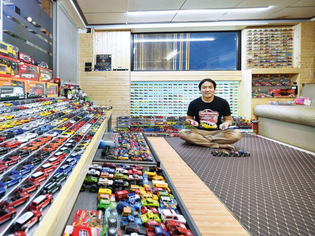 Preecha Noithai in seinem MajoretteTempel. Über 5000 Modelle, inklusive des seltenen 911ers (rechts), besitzt er.