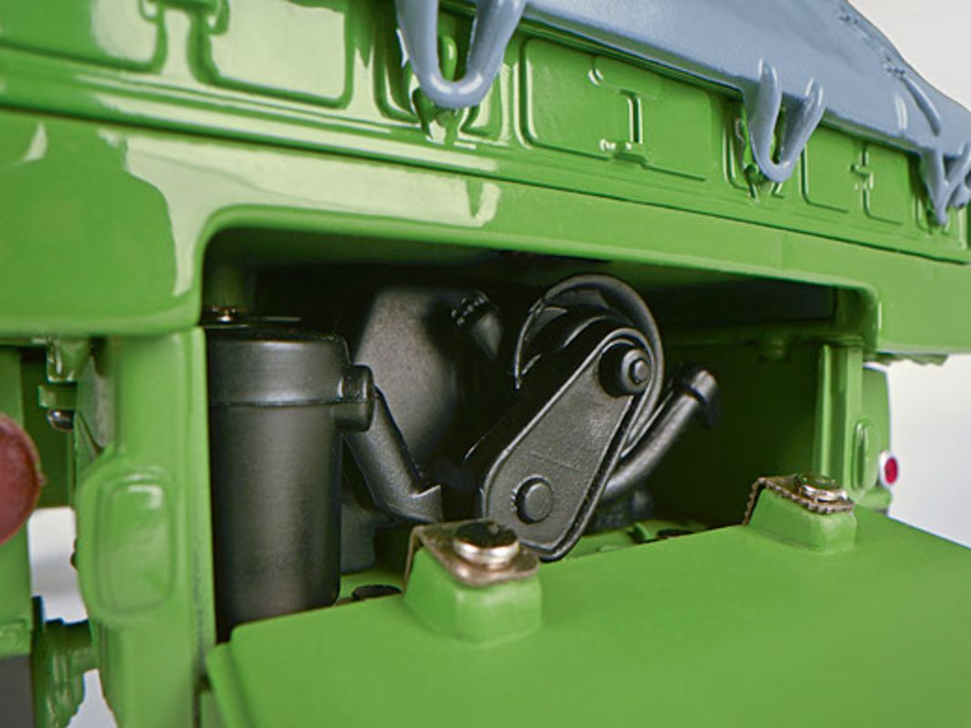Motor, bewegliche Türen und Schutzgitter für die Hauptscheinwerfer am 1:18-Haflinger