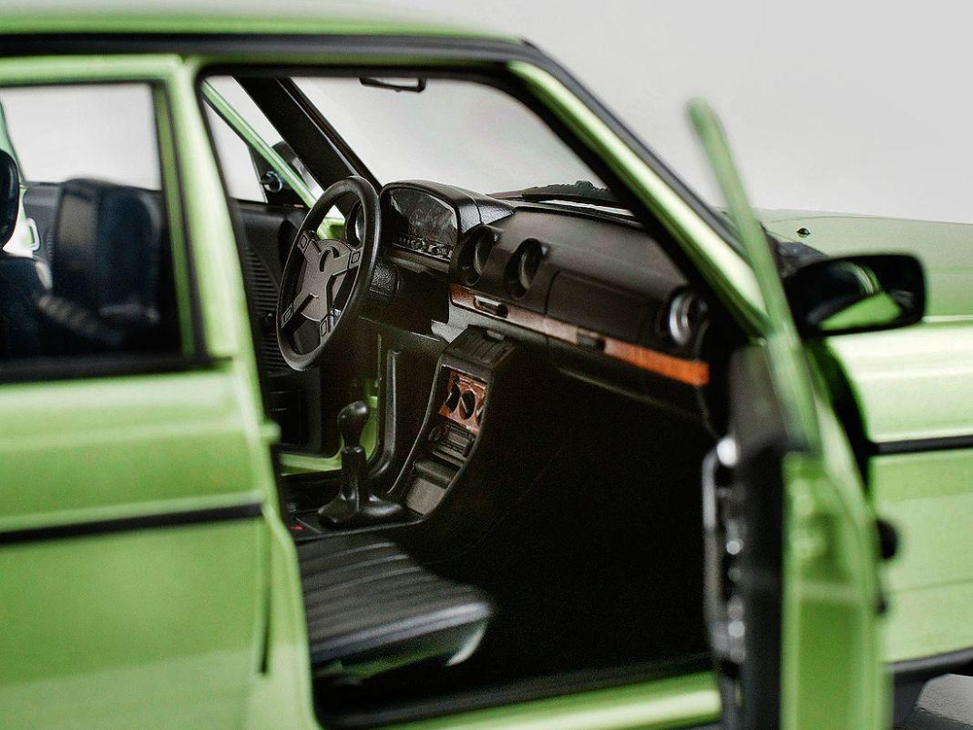 Der W123 im AMG-Look hat ein Sport-Lenkrad (unten). Beide Norev- Mercedes-Benz in 1:18 punkten mit guter Dekoration und makelloser Lackierung.