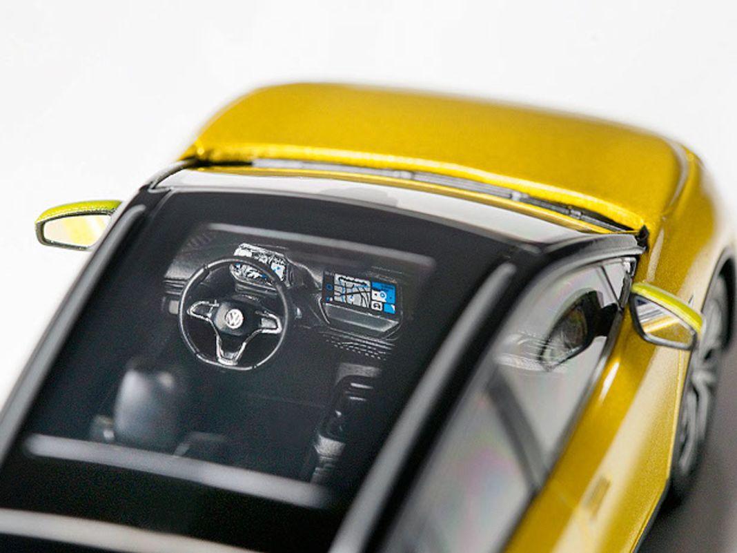 Das große Glasdach erlaubt auch im Maßstab 1:43 tiefe Einblicke ins gelungene Interieur des VW ID.4 samt detaillierten Armaturen