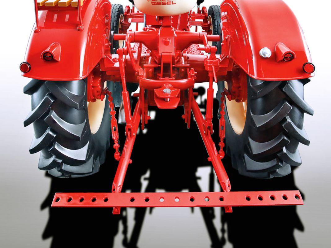 Die 1:8-Serie von Minichamps aus Resine funktioniert auch bei einem Landarbeiter wie dem Porsche Super Traktor überzeugend