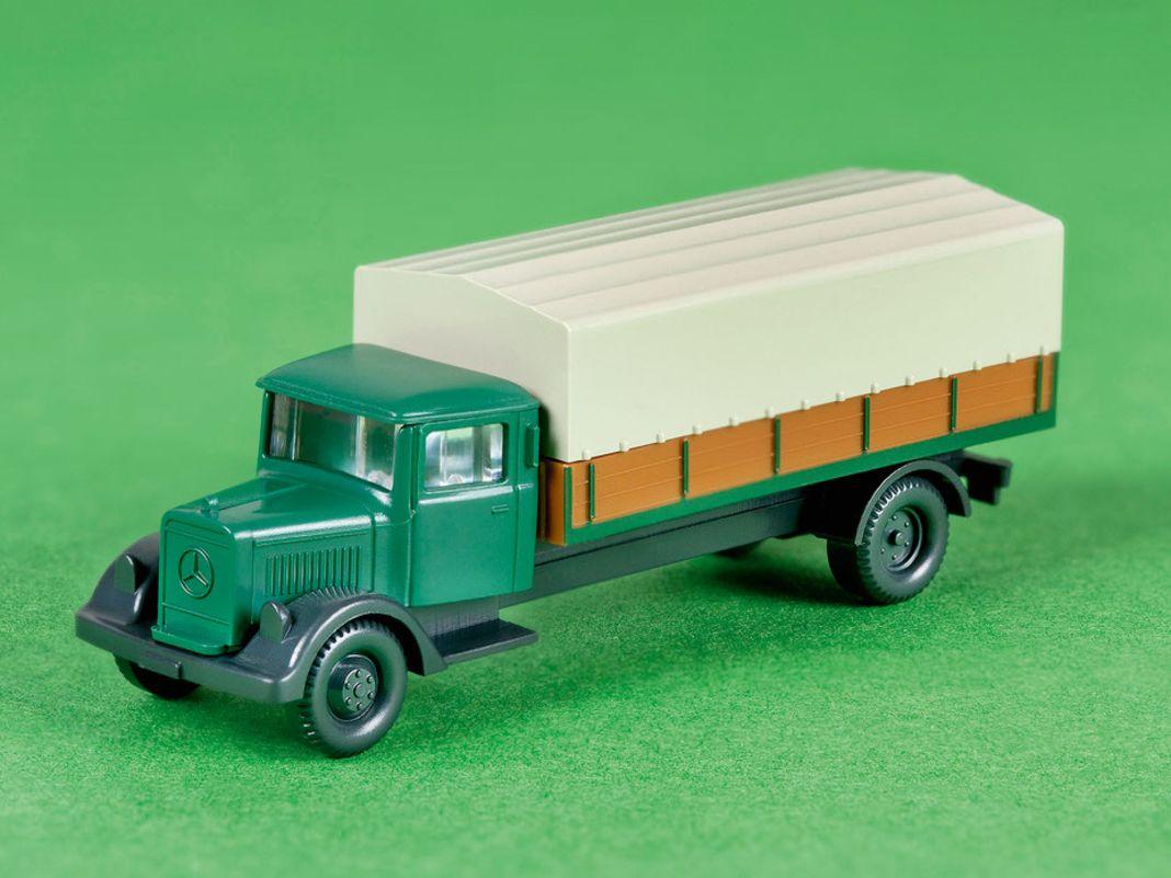 Die Vielfalt passend zur Spurweite H0 komplettiert der grüne Mercedes-Hauber mit Pritsche für die Spur-N-Eisenbahner