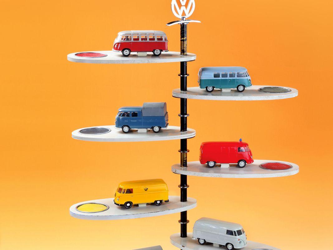 Das Farbdisplay des VW Bulli T1, bestückt mit 1:40-Modellen von Wiking aus Kunststoff, ist längst selbst ein Designklassiker