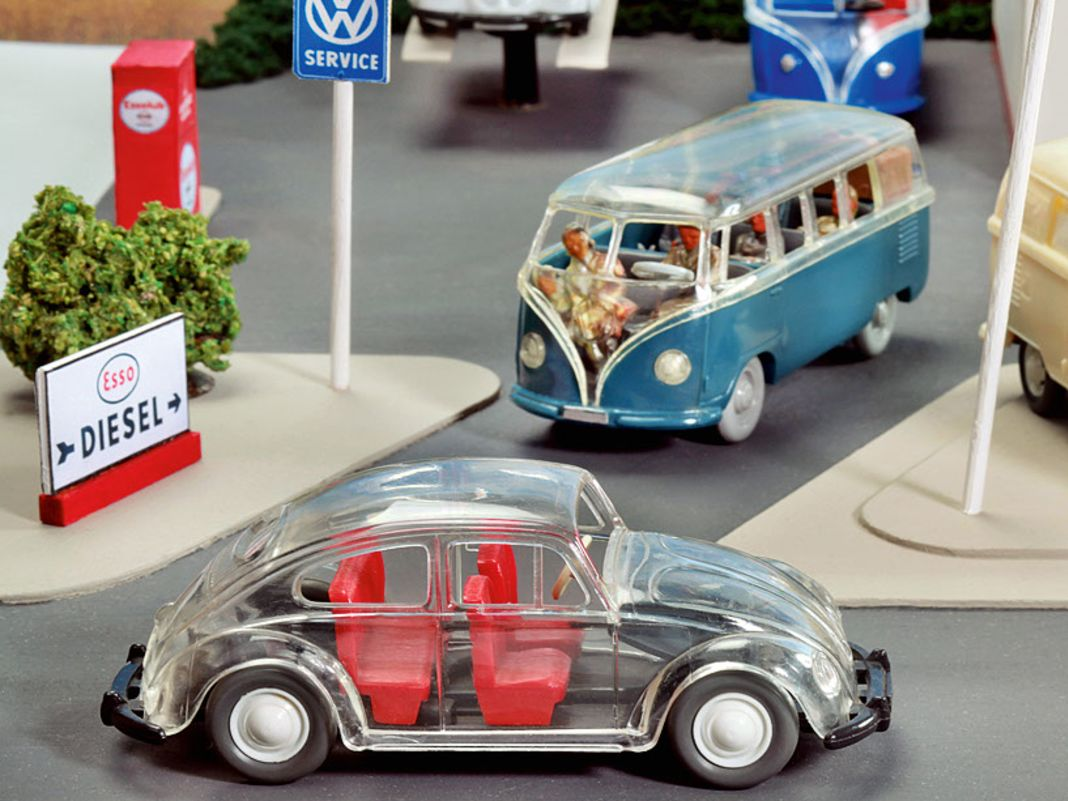 VW in 1:40 von Wiking: T1 in Industrieverpackung, gläserner Käfer