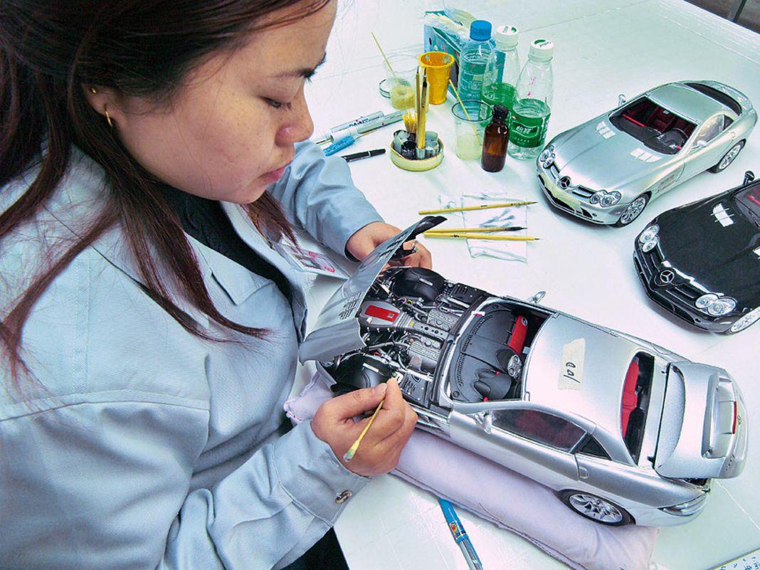 Produktion des Mercedes SLR als 1:12er in der Fabrik von CMC