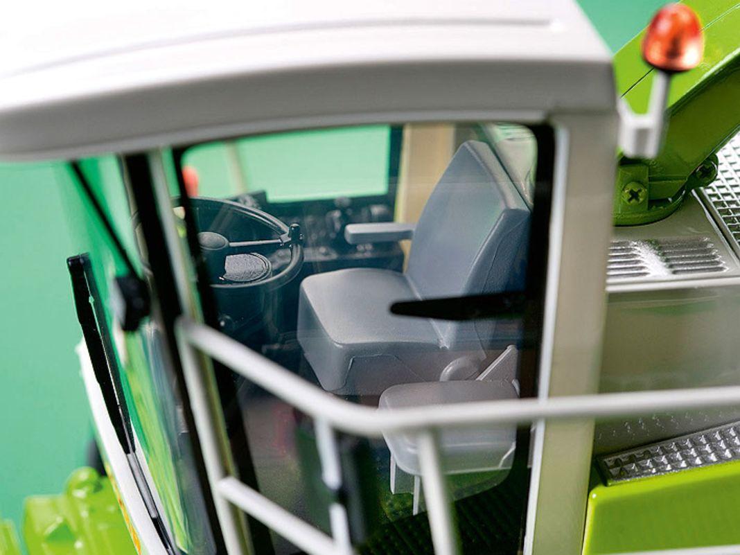 Eine fein eingerichtete Kabine und detailliert nachgebaute Technik zeigt der Claas Jaguar 860 in 1:32 von Universal Hobbies