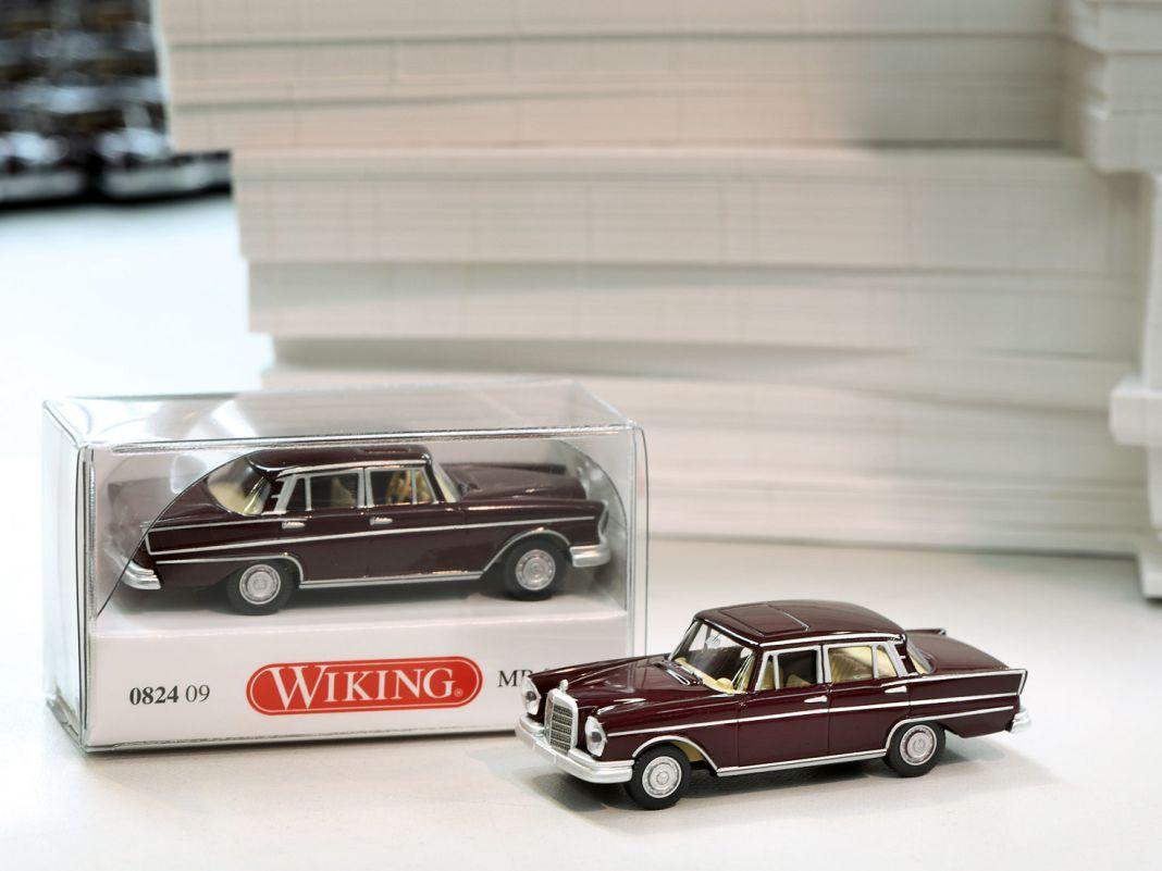 Die Mercedes-Heckflosse zeigt exemplarisch, wie winzig die Bauteile sind, die für den Sammlertraum von Wiking montiert werden müssen