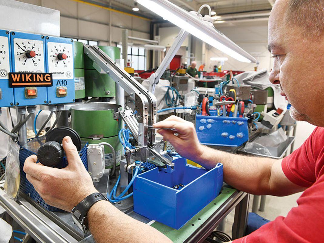 Die Maschine, die Wiking-Lkw-Achsen automatisch montiert, hat Gründer Friedrich Peltzer in den Sechzigern erfunden