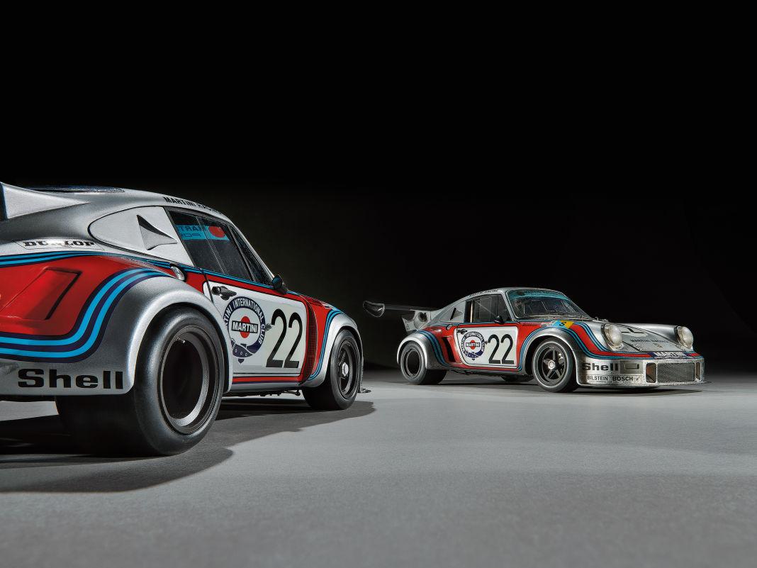 Die urwüchsige Krawalligkeit gibt der ingeniös verfeinerte 1:12-Bausatz des Porsche 911 RSR von 1974 bestechend wieder