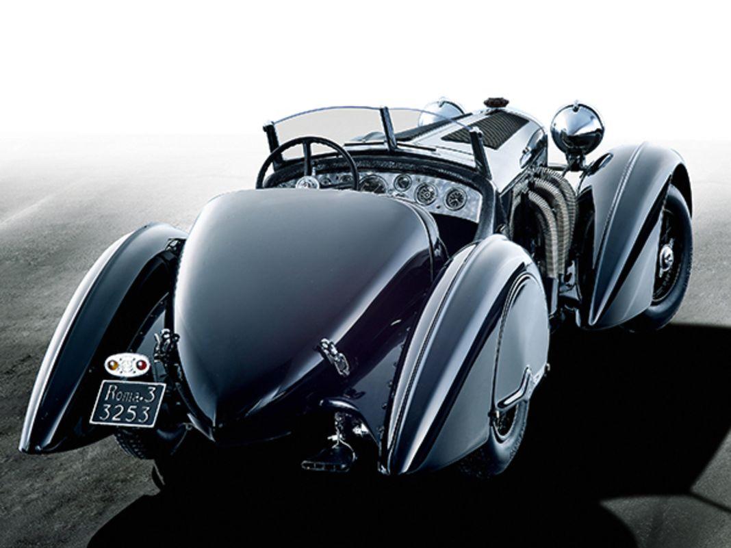 Die puristische, schwarze SSK-Fahrmaschine glänzt mit rassigen Kotflügelradien