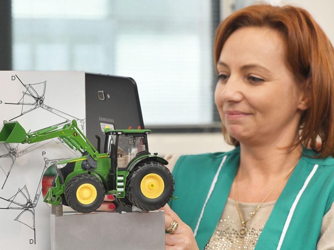 Wie komplex der Check der vielfältigen Funktionen bei einem Traktor ausfallen kann, zeigt dieses 1:32-Modell des John Deere mit seinem Frontlader