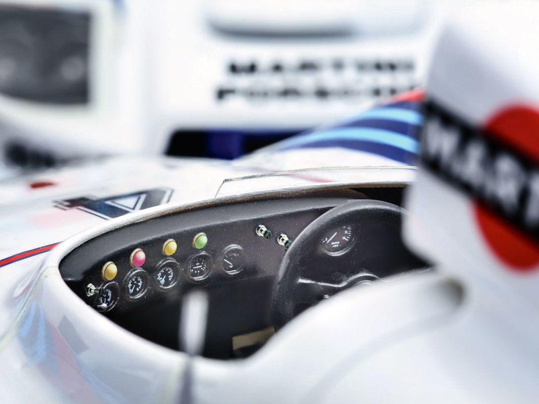 Das offene Cockpit strotzt vor Details, die Spiegel gibt es in unterschiedlicher Aus- führung, Felgen und Dekoration sind originalgetreu umgesetzt