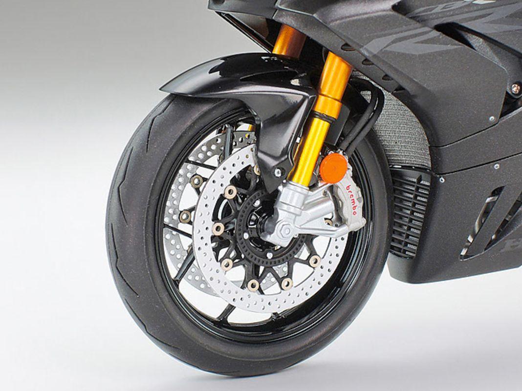 Fahrwerksteile und Motor werden an dem hervorragenden Plastikbausatz verschraubt. Der Vierzylinder ist ein echtes Kleinkunstwerk.