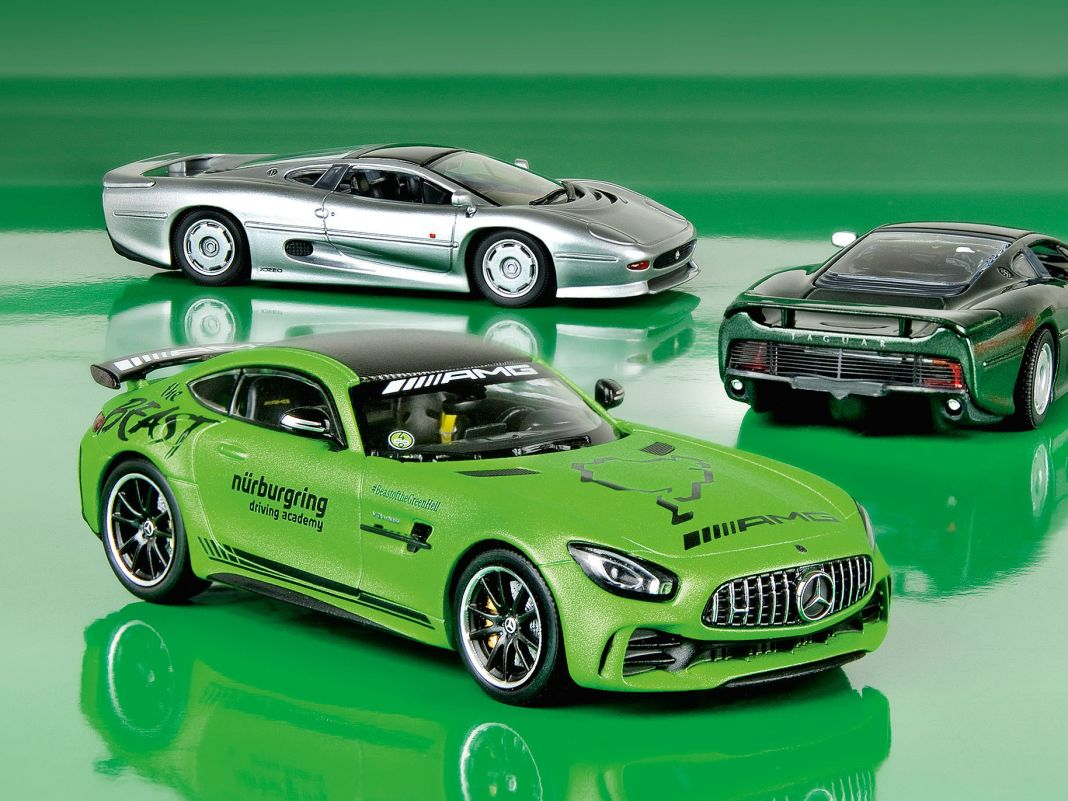 Der Jaguar XJ 220 von Maxichamps und der Mercedes-AMG GT-R von Minichamps kommen beide im Maßstab 1:43 und aus Die Cast auf den Markt