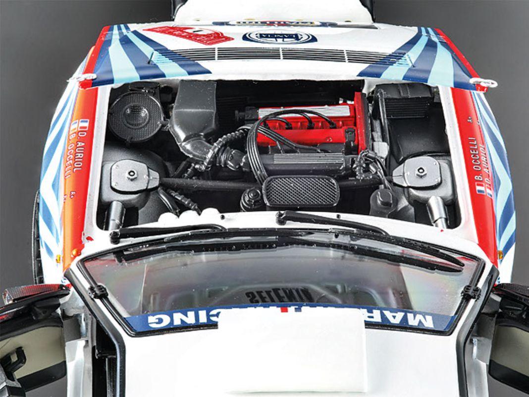Die Rallyeversion zeigt originalgetreu einen komplett anderen Motor und ein ebenso stark modifiziertes Interieur des Delta