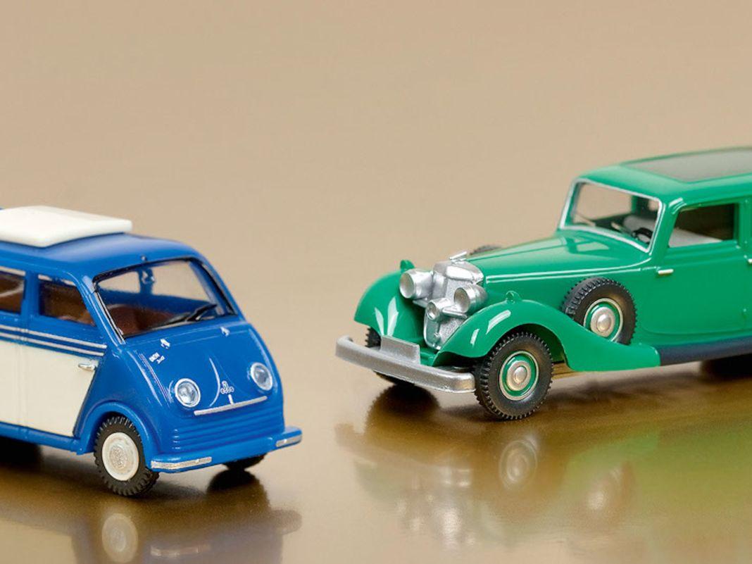 Die Formenneuheit DKW Schnelllaster als Bus und der repräsen- tative Horch 850 als grüne Limousine in 1:87 gehören zu den vier Ringen