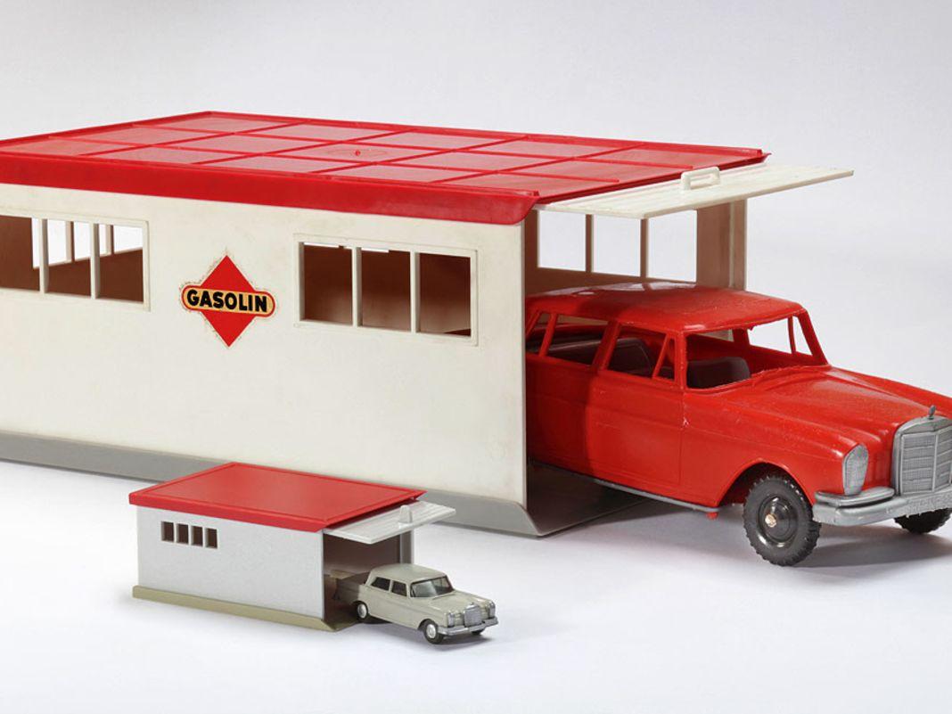 Zwei eckige Wiking-Garagen