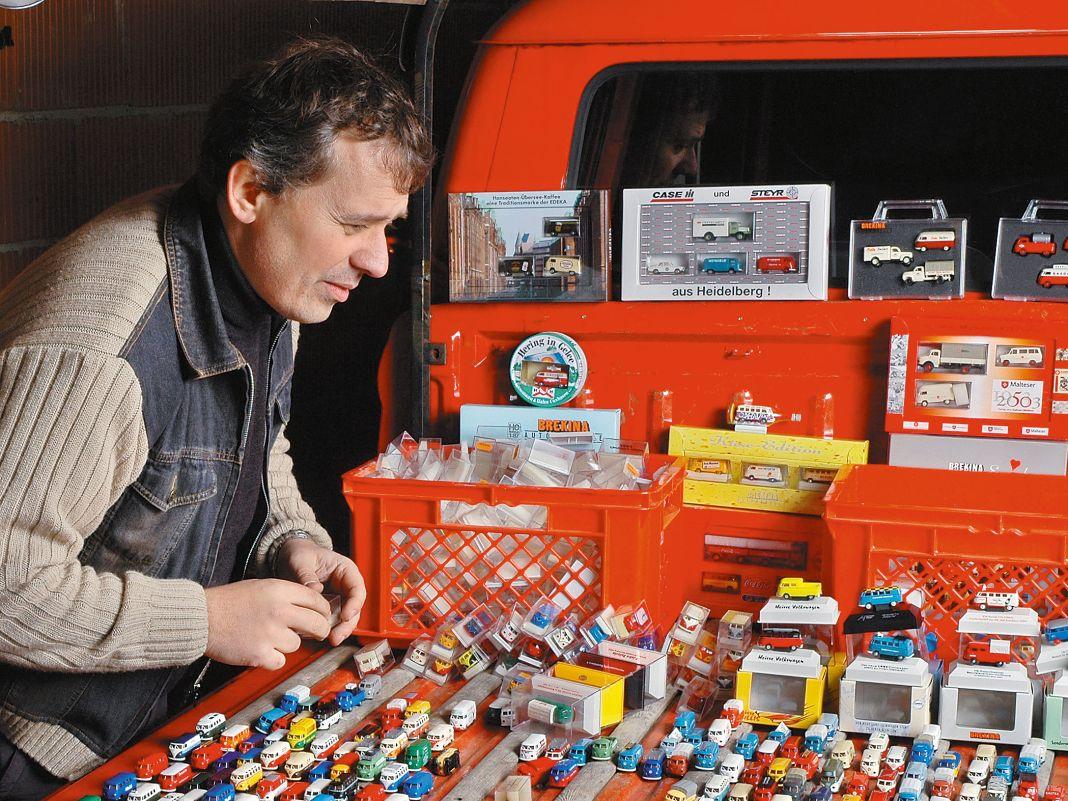 Matthias Frank von Brekina parkt 1000 Bulli-Varianten auf einer Pritsche