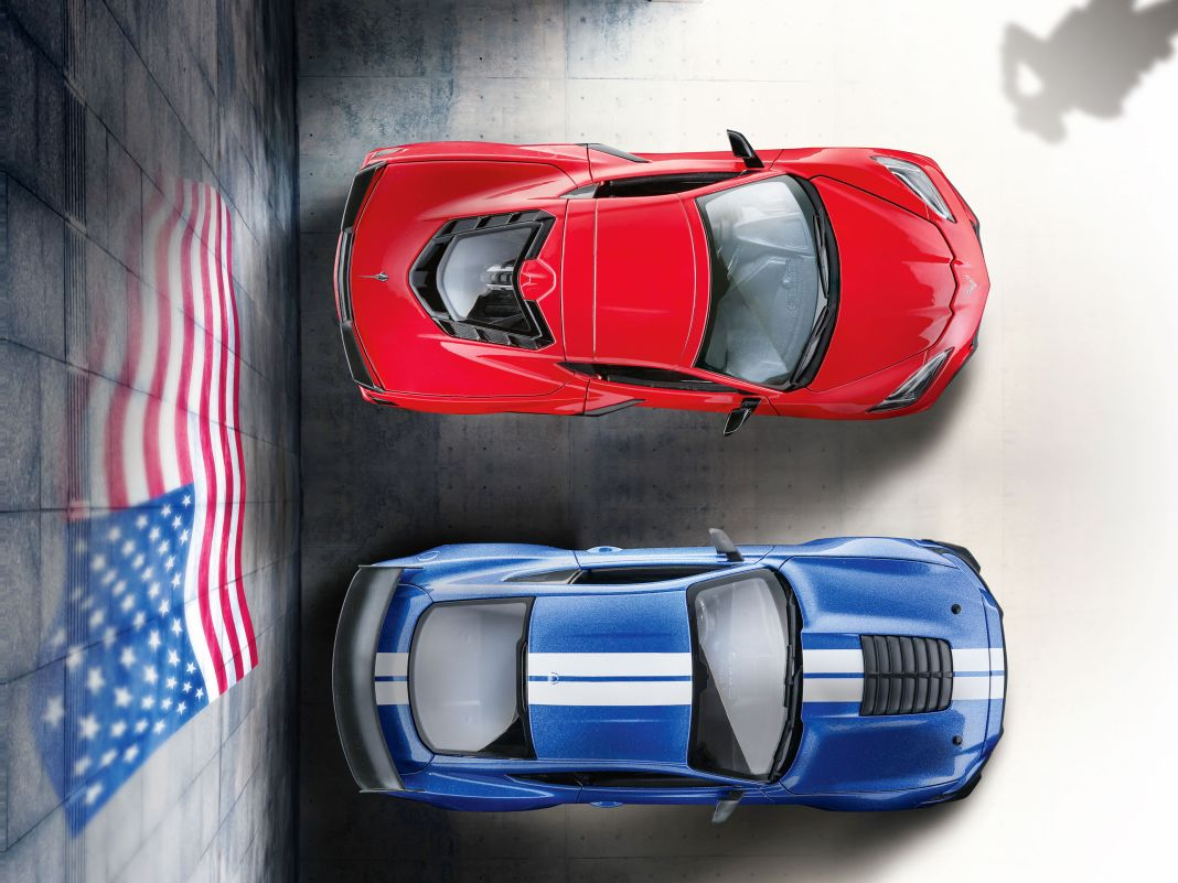 Asphalt-Cowboys in 1:18 von Maisto: Die neue Corvette und der Ford Mustang Shelby GT500 parken bereit zum Ausritt