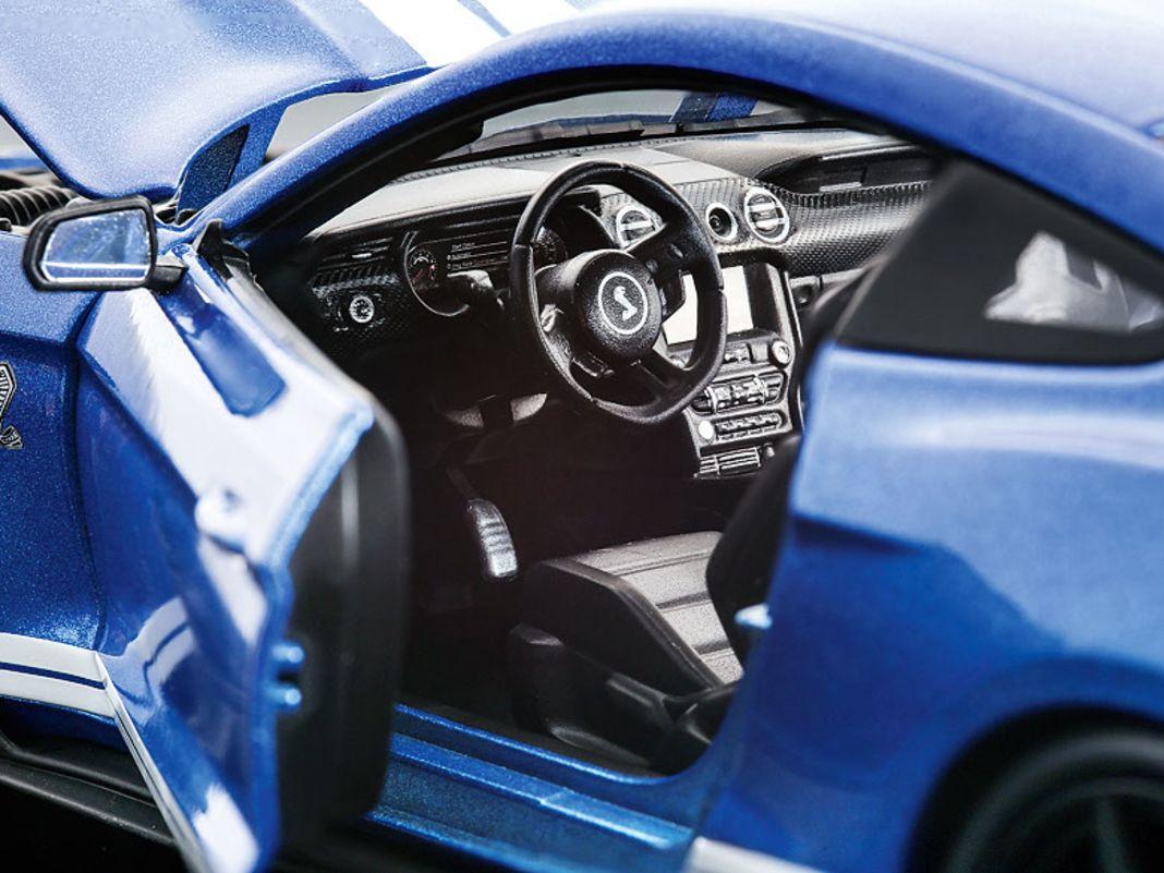 Den Kompressormotor des Ford Mustang GT500 trifft Maisto in 1:18 ebenso genau wie das Interieur des Fastback- Modells
