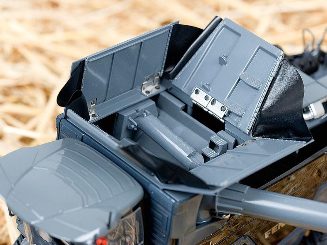 Der Korntank lässt sich am grauen 1:32- Modell des Fendt Ideal 10T von Ros öffnen, die Hinterräder sind lenkbar umgesetzt