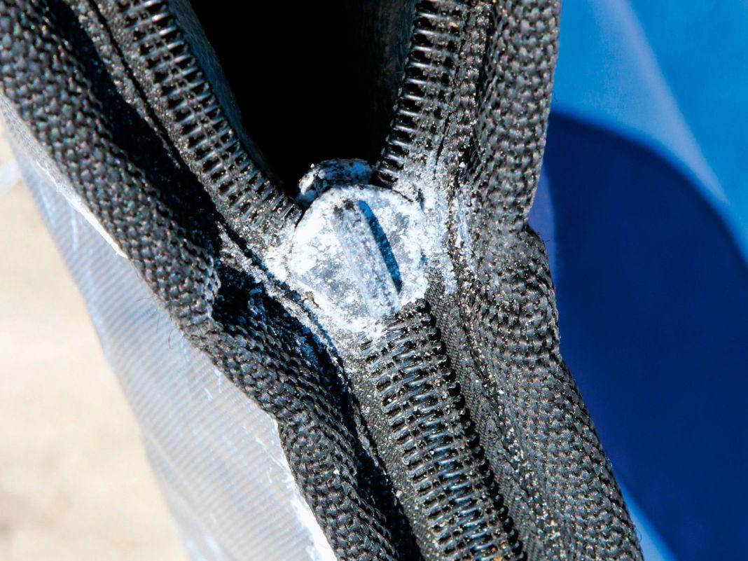 Salz und Feuchtigkeit haben das Aluminium des Schlittens korrodieren lassen. Wer Zeit und Muße hat, sollte mit etwas Kriechöl, Essigreiniger und Zange bewaffnet vorsichtig versuchen, den alten Schlitten wieder gangbar zu machen. Gelingt dies nicht oder er bricht ab, muss man den Schlitten tauschen.