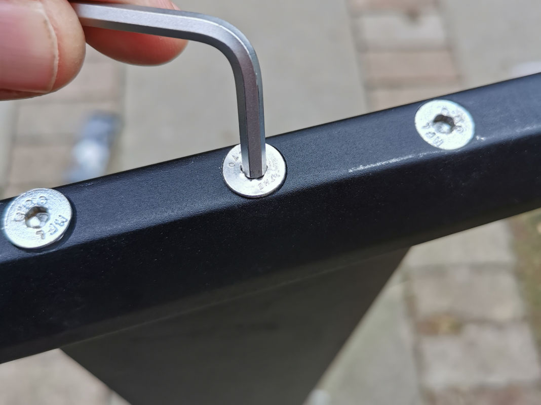Die Innensechskantschraube an der Verbindung von Mast und Fuselage ist ausgenudelt