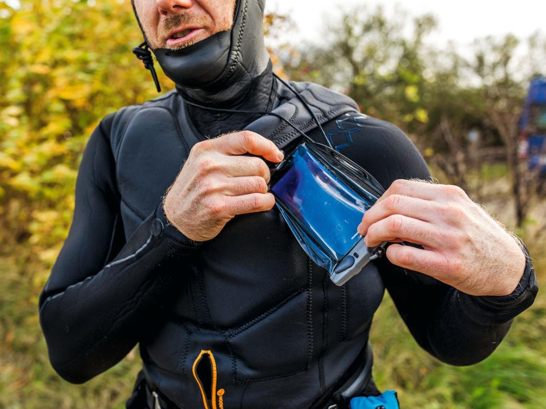 Ein Smartphone in einer wasserdichten Hülle kann vor allem in der kalten Jahreszeit Gold wert sein