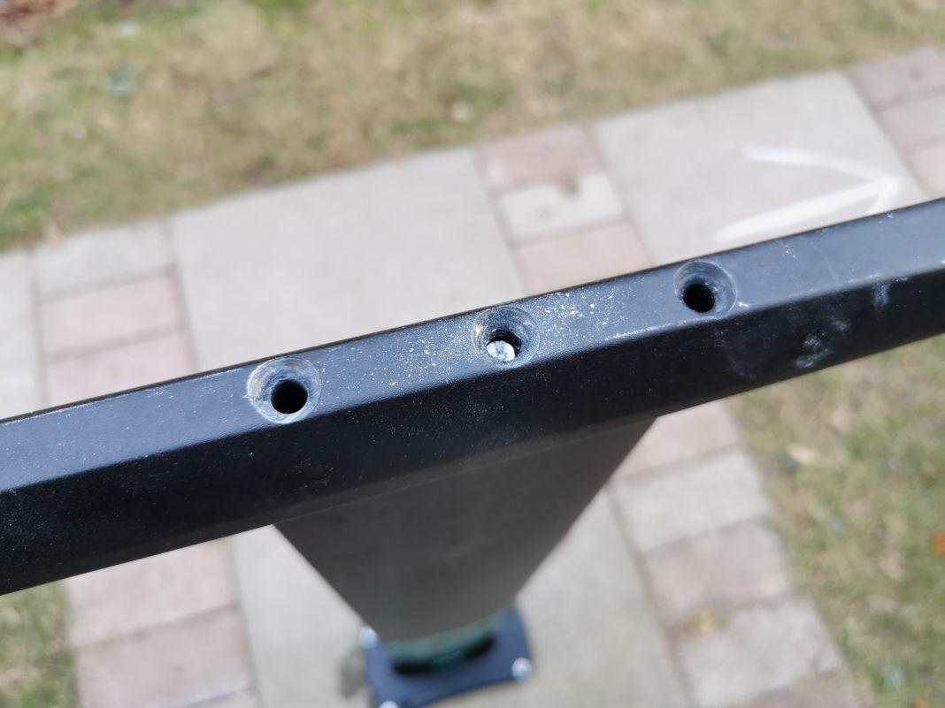 Der Schraubenkopf ist ab, der Schraubenrest steckt noch im Mast