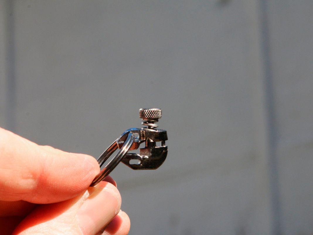 Der neue Schlitten wird ohne Werkzeug einfach aufgeschraubt.