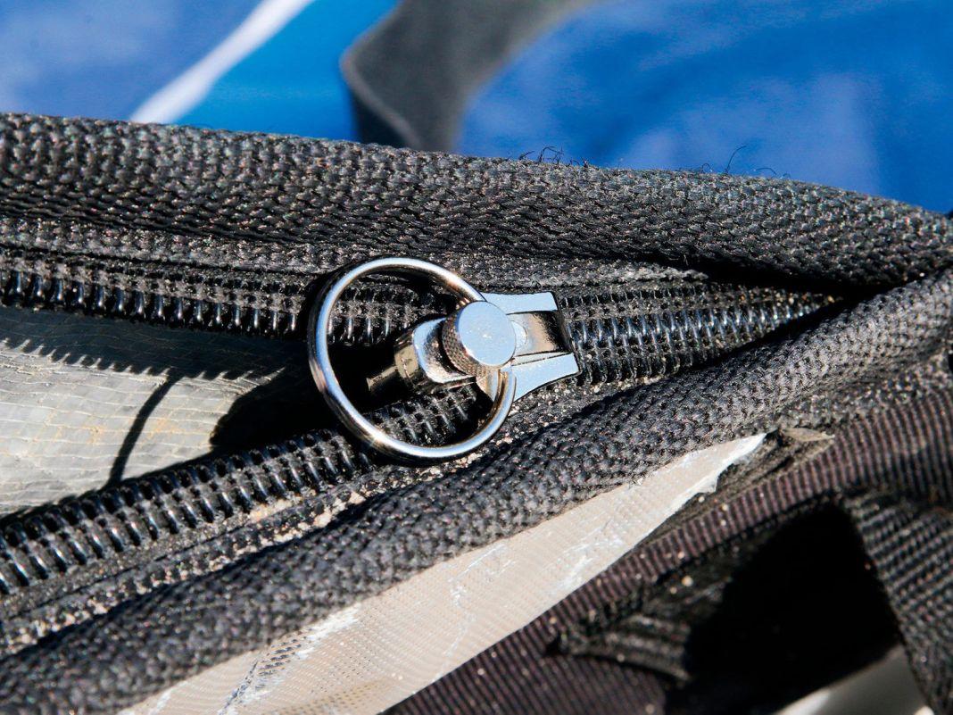Ein mitgelieferter Ring oder ein Band stellen sicher, dass man den Zipper hinterher auch gut bedienen kann (4). Teilweise ist der neue Zipper etwas schwergängiger als das Original.
