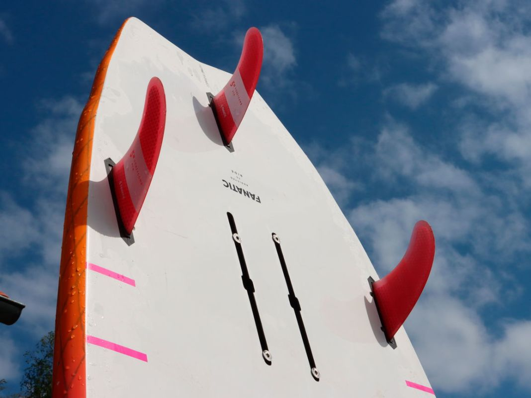 Die Fanatic Bee ist primär für den SUP-Einsatz in der Welle konzipiert. Zum Wingen und Windsurfen wurde eine Doppelschiene ergänzt